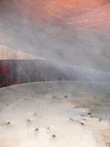 30石の「ココノヱ酢」の木桶、真っ新なコモに衣替えの画像