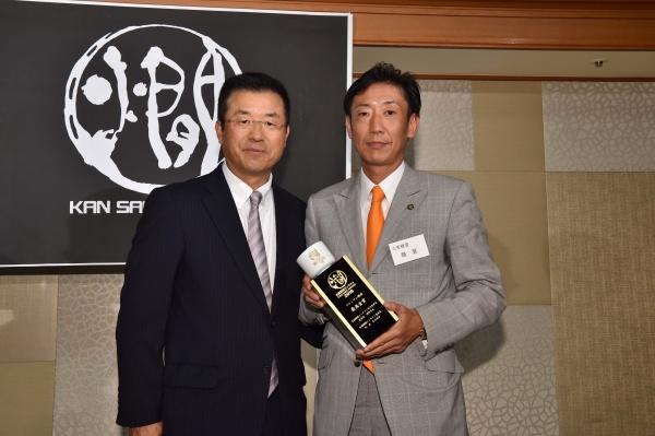 10月11日、マリオット銀座東武ホテルで開かれた表彰式。プレゼンターの達川光男さん(元広島東洋カープ監督)と。