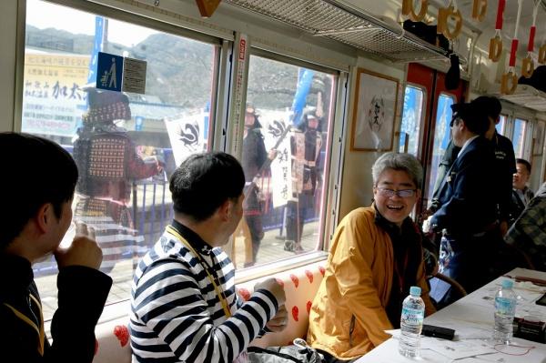 雜賀衆の末裔でもある弊社。雑賀祭りとのコラボ企画もあり、加太駅では、なんと甲冑鯛がお出迎え。