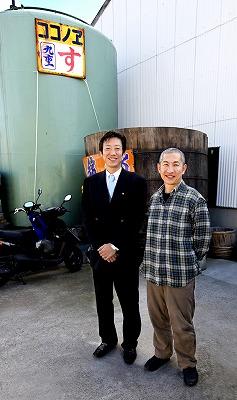 移転してまもなくの弊社(紀の川市桃山町)に撮影に来てくださった内山りゅうさん(右)と主人