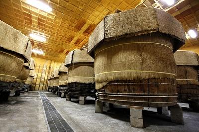 その数、西日本最大級の大木桶(30石)がずらりと並ぶ食酢蔵