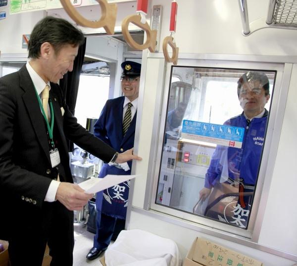 この日は、南海電鉄の車掌さんも、司会者も、「加太」前掛けでおもてなし。マイクは車掌室から。
