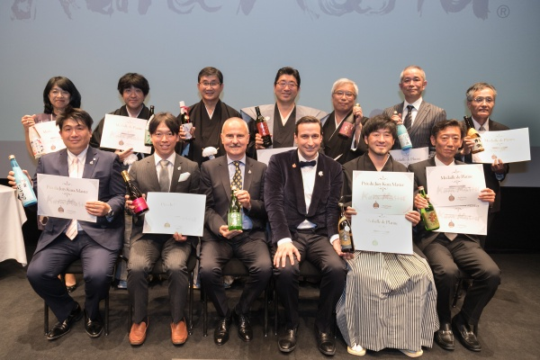 授賞式に出席した、トップ12に蔵元たちとの記念写真。(弊社は前列右端)