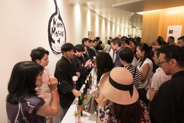 授賞式会場では授賞した日本酒の試飲会も行われ、チーズとの相性など楽しむ趣向も。多くの地元メディアや日本酒に関心のある方であふれかえっていました